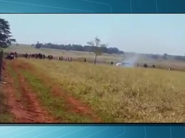 Imagem mostra momento do confronto entre índios e produtores em Caarapó MS (Foto: Reprodução/TV Morena)