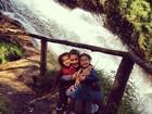 Bia Antony curte cachoeira com as filhas
