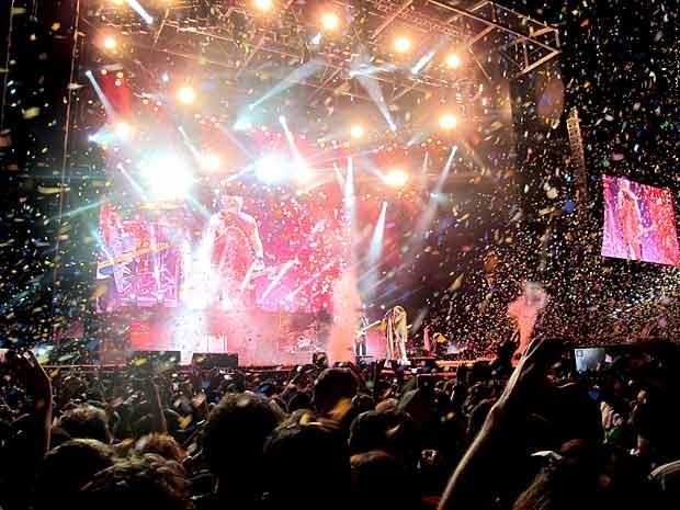 Músicos do Aerosmith no palco durante 'chuva de papel' no fim do show da banda em Brasília (Foto: Lucas Nanini/G1)