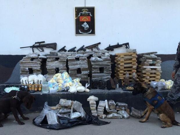BAC apreendeu drogas e fuzil em comunidades da Zona Norte do Rio (Foto: Divulgação / Polícia Militar)