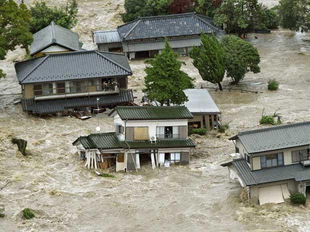 Águas cercam e destroem casas e deixam pessoas ilhadas em Ibarak (Foto: Kyodo News / via AP Photo)