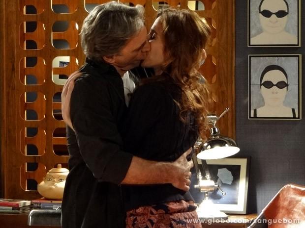 Depois de muitos anos, o casal reata (Foto: Sangue Bom / TV Globo)