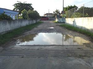 Rua de acesso ao depósito da GM em São Pedro da Aldeia, RJ (Foto: João Phelipe Soares)