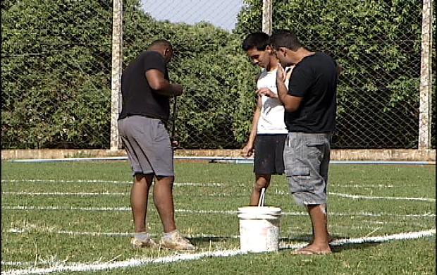 Lobos prepara campo (Foto: Reprodução/TV Integração)