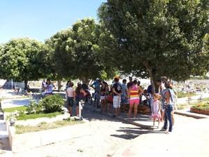 Familiares e amigos no dia do sepultamento (Foto: Sílvio Vieira / Cliquepiripiri)