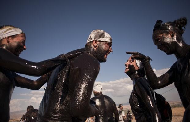 Moradores do vilarejo de Baza, na Espanha, sujos de graxa durante festival Cascamorras (Foto: Jorge Guerrero/AFP)