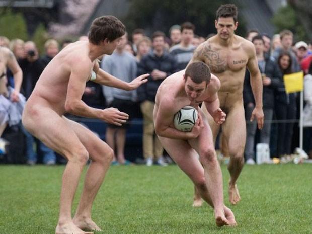 Em setembro, uma partida inusitada de rúgbi realizada em Dunedin, na Nova Zelândia, reuniu 'peladões' dos times New Zealand Nude Blacks e Springbox, este último da África do Sul. O jogo ocorreu antes do duelo entre as seleções de rúgbi dos dois países que se enfrentaram na mesma cidade em uma competição oficial (Foto: Marty Melville/AFP)