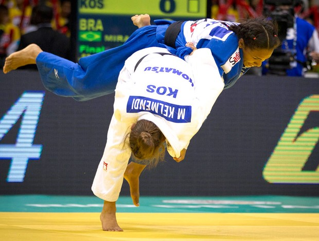Érika cai diante de atleta do Kosovo e vê ouro inédito no Mundial escapar