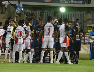 Partida entre CSA e Corinthians-AL teve muita confus&#227;o (Foto: Caio Lorena / Globoesporte.com)