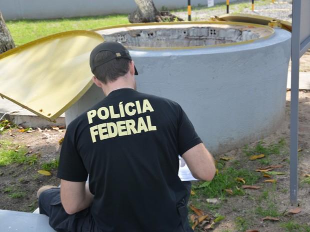 Polícia Federal foi até as estações da Compesa coletar amostras (Foto: Divulgalção / Polícia Federal)