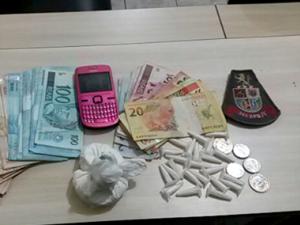 Polícia encontrou dinheiro e drogas com suspeito em Registro (Foto: Divulgação / Polícia Militar)