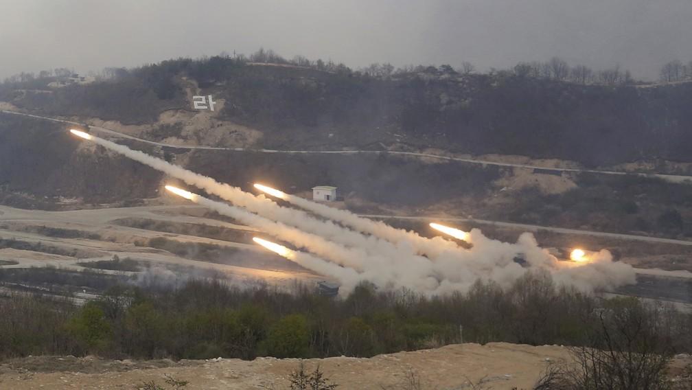 Exército da Coreia do Sul dispara foguetes durante exercíco militar conjunto com os EUA nesta quarta-feira (26) em Pocheon (Foto: AP Photo/Ahn Young-joon)