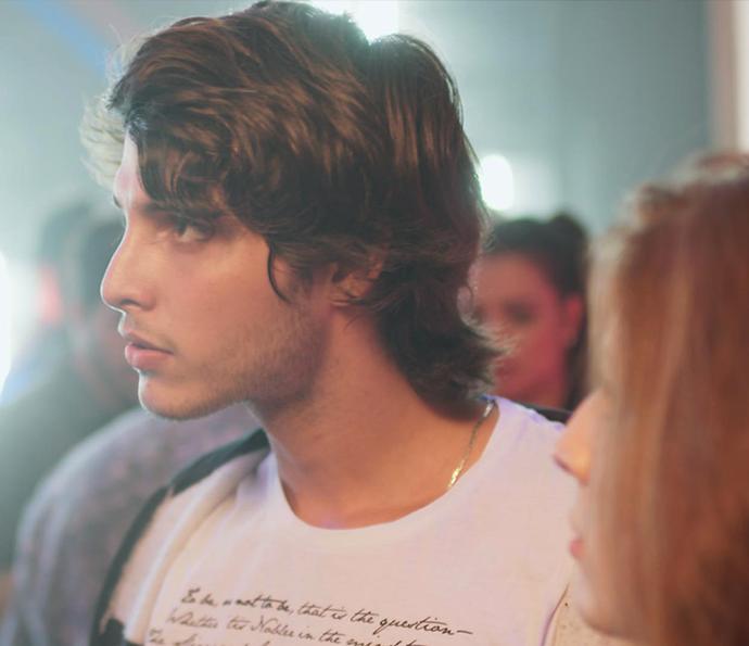Lucas fica bolado com cara que chega em Juliana (Foto: TV Globo)