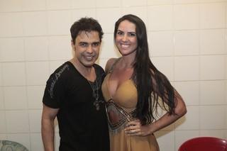Zezé Di Camargo com a namorada, Graciele Lacerda, em show na Zona Norte do Rio (Foto: Isac Luz/ EGO)