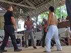 MMA do passado? Lázaro Ramos grava cena de luta: capoeira x jiu-jítsu
