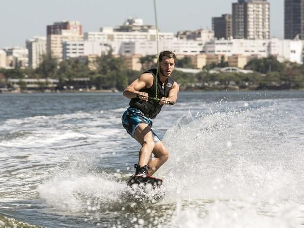 Ator mostra confiança em sua primeira aula de wakeboard (Foto: Inácio Moraes/TV Globo)