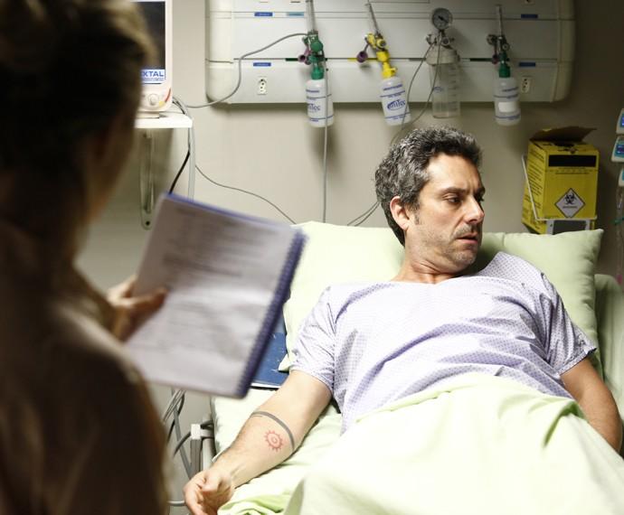 Romero Rômulo, interpretado por Alexandre Nero, aparecerá também em uma cama de hospital. No bastidor, o ator era orientado por Amora (Foto: Raphael Dias/ Gshow)