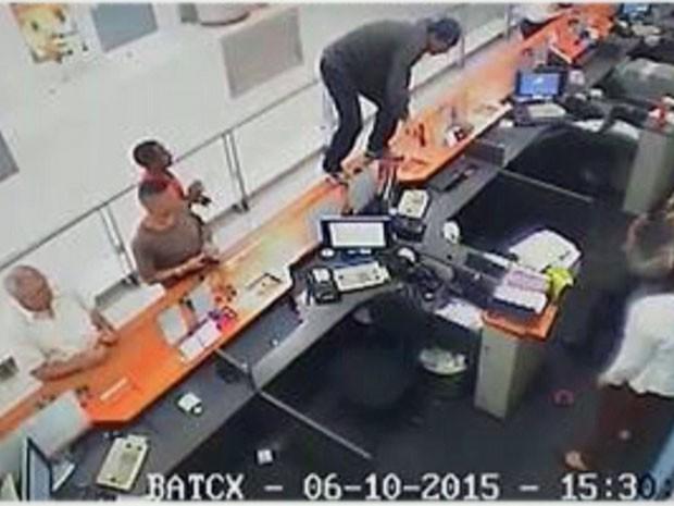 Imagens mostram roubo a banco na Freguesia do Ó, Zona Norte de São Paulo (Foto: Reprodução/TV Globo)