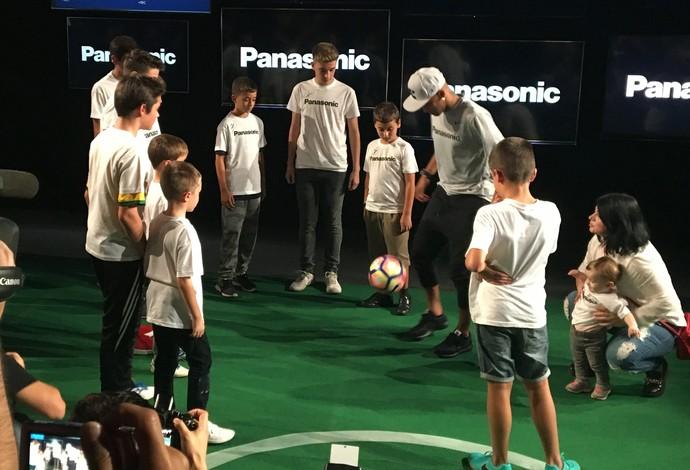 Neymar bate bola com crianças durante evento de patrocinador (Foto: Ivan Raupp)