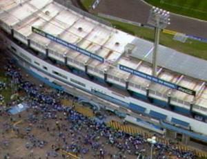 Vista aérea do abraço ao Estádio Olímpico, em Porto Alegre, no aniversário do Grêmio (Foto: Reprodução/RBS TV)