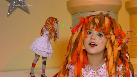 Rafa Gomes recria clássico infantil e se transforma na boneca Emília