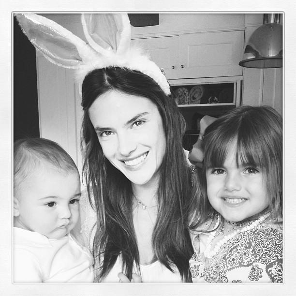 Alessandra Ambrósio com os filhos Noah e Anja (Foto: Instagram/ Reprodução)