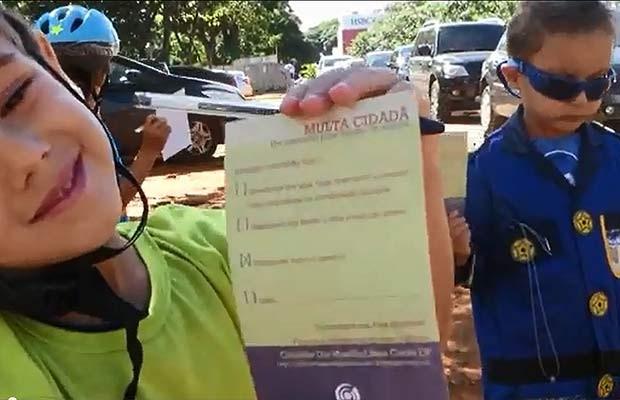 Crianças aplicam 'multas cidadãs' a motoristas que cometem infração de trânsito em Brasília (Foto: Uirá Lourenço/Divulgação)