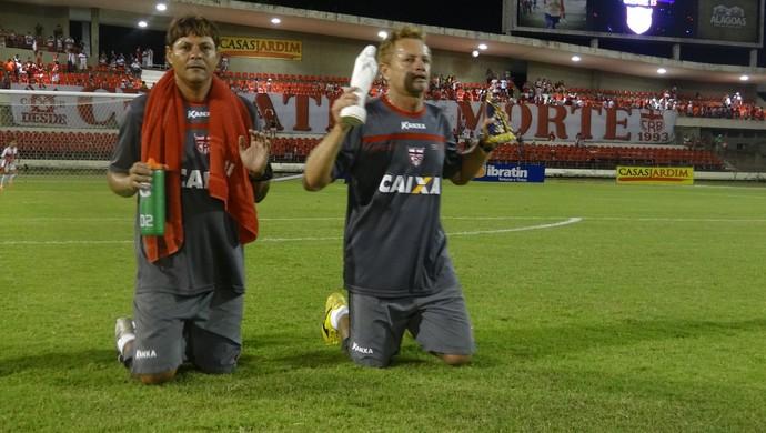 Acompanhado do parceiro Robinho, Assis paga mais uma promessa no CRB (Foto: Denison Roma / GloboEsporte.com)