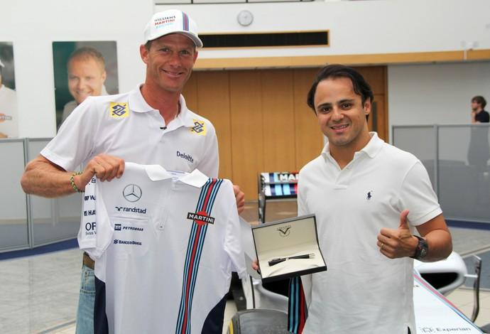Robert Scheidt com Felipe Massa na sede da Williams, na Inglaterra (Foto: Divulgação)
