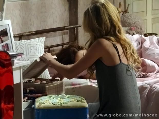 Sofia pega dinheiro do garage sale enquanto todos dormem (Foto: Malhação/ TV Globo)