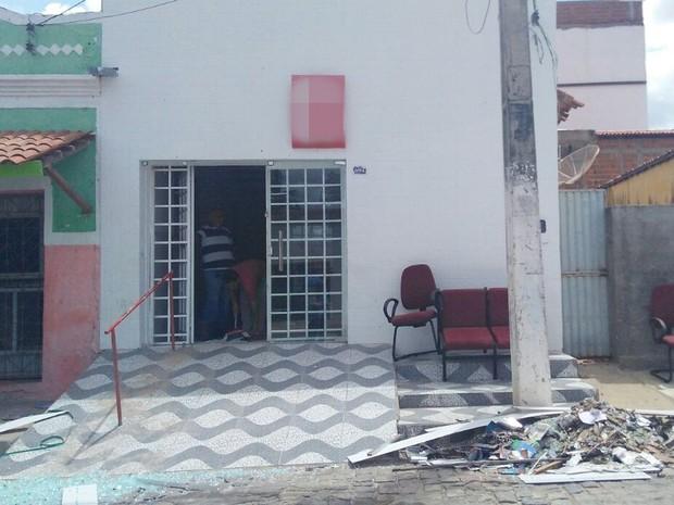 Criminosos explodram posto bancário e ameaçam moradores em Junco do Seridó (Foto: Rafaela Gomes/TV Paraíba)