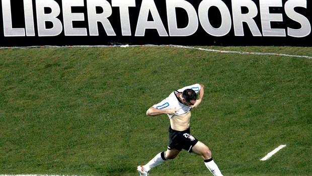 Danilo comemora gol do Corinthians contra o Santos (Foto: Miguel Schincariol / AFP)