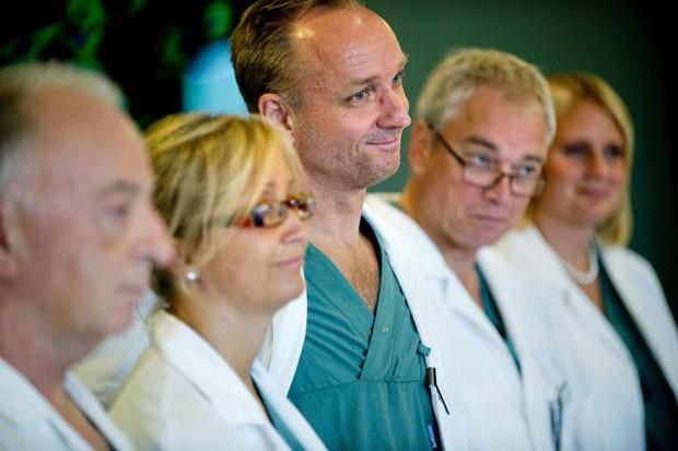 Equipe de especialistas de hospital em Goteborg, na Suécia, onde foram realizados os transplantes de útero entre duas mães e duas filhas. (Foto: Adam Ihse/AP)