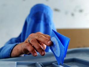 Candidato favorito é Abdullah Abdullah, de 53 anos, que obteve quase 50% dos votos no primeiro turno (Foto: AFP)
