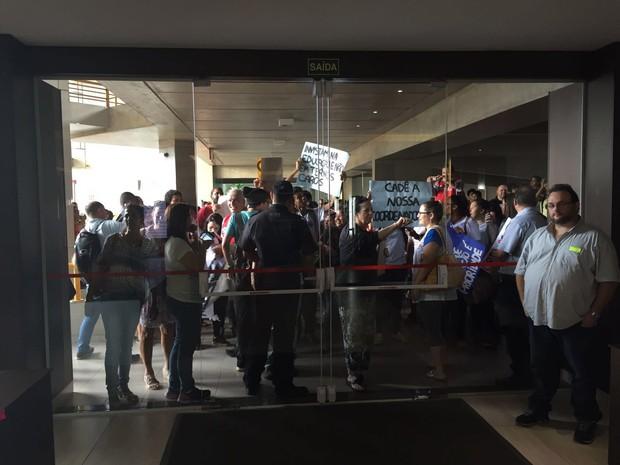 Alunos protestam em reunião com secretário em Bauru (Foto: Suéllen Rosim / TV TEM)