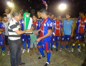 Capitão Robson recebe a taça de campeão da segunda divisão do RN (Foto: Jota Dantas/Cedida)