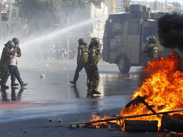 Estudante é detido pela polícia durante protesto em Valparaíso, no Chile' (Foto: Rodrigo Garrido/Reuters)