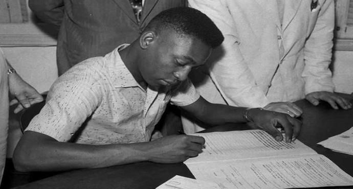 Pelé assina contrato com o Santos (Foto: Divulgação / Santos FC)
