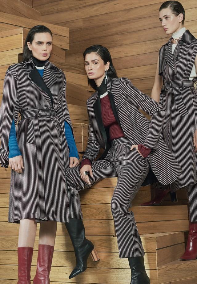 Cassia Avila usa blusa de tricô (R$ 1.053) e trench-coat de jacquard (R$ 4.997); Carol usa blusa de tricô (R$ 1.053), blazer de jacquard (R$ 2.993), calças de jacquard (R$ 2.072) e brincos Reinaldo Lourenço + Camila Klein (R$ 791); e Jacque usa body (R$ 7 (Foto: Hickduarte / Set Design: Mangaba)