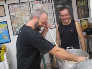 Dupla cervejeira produz cerveja de chocolate para Páscoa (Foto: Guilherme Lucio/G1)