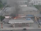 Carro pega fogo em posto de gasolina no Recreio, na Zona Oeste