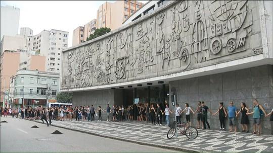 Bailarinos do Teatro Guaíra protestam contra exoneração de integrantes