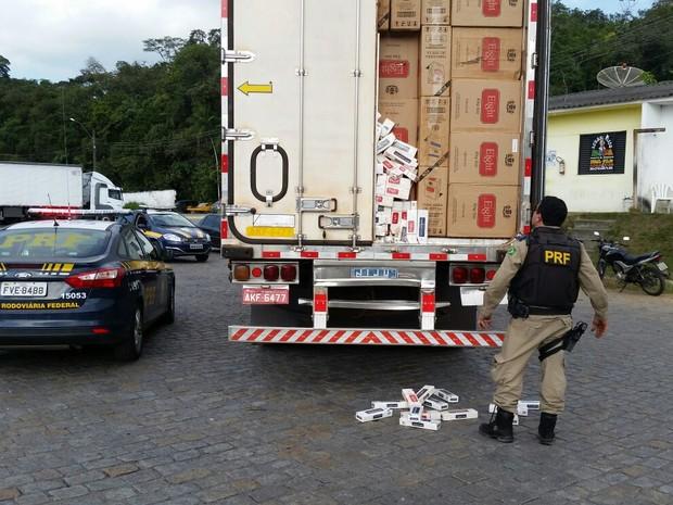 Carga de cigarro foi apreendida pela PRF em Jacupiranga (Foto: Polícia Rodoviária Federal / Divulgação)