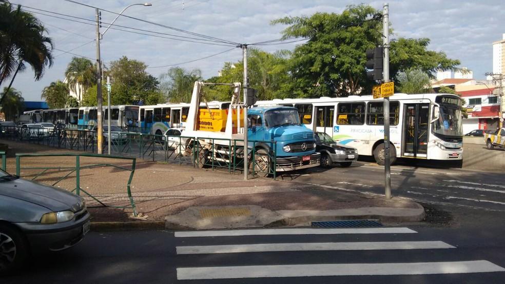 Ônibus começam a circular em Piracicaba nesta sexta-feira (28) (Foto: Edijan Del Santo/EPTV)