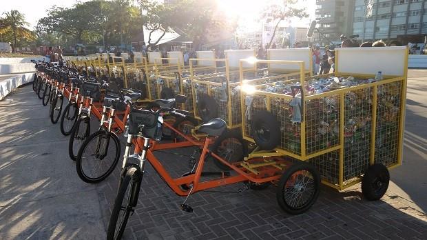 30 bicicletas foram doadas a catadores da capital (Foto: Derek Gustavo/G1)
