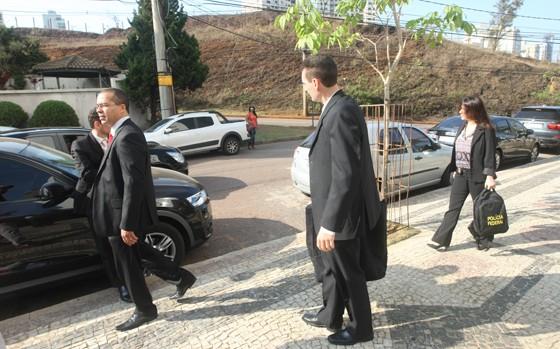 Policiais federais fizeram buscas no apartamento do presidente da Cemig, Mauro Borges, em mais uma fase da Operação Acrônimo (Foto:  Eugenio Moraes / Jornal Hoje em Dia / Ag. O Globo)