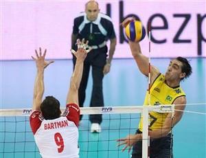 Giba tenta passar peo bloquio polonês (Foto: FIVB/DIVULGAÇÃO)