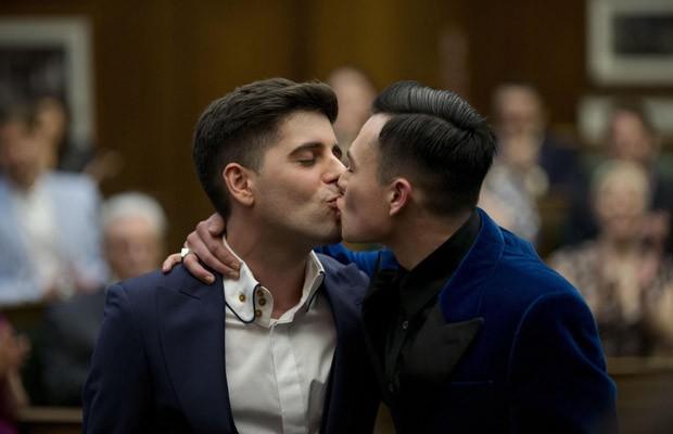 Sean Adl-Tabatabai e Sinclair Treadway se beijam após casar em Londres (Foto: Matt Dunham/AP)