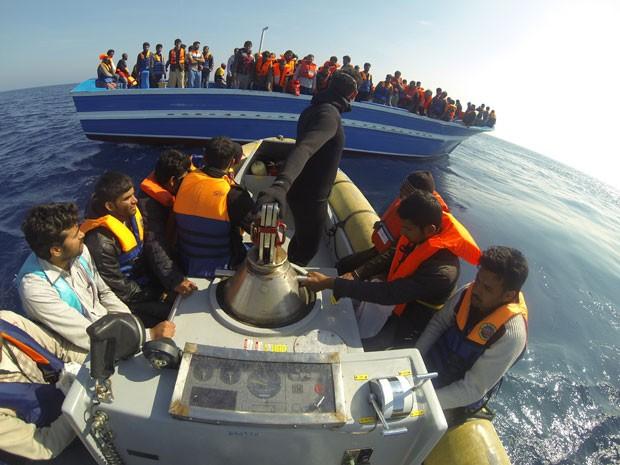 Foto da Marinha italiana mostra resgate de imigrantes na costa da Sicília em outubro de 2013 (Foto: Marinha da Itália/AFP)