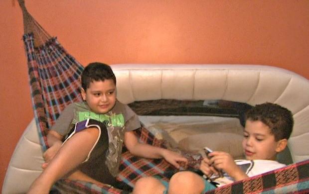 Miguel e Gabriel se divertem na rede. (Foto: Reprodução Tv Acre)